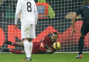 Samir Handanovic, hafta sonu oynanan Verona maçında yine kalesini bir penaltı atışında gole kapatarak bu alanda dünyanın en iyilerinden biri oluğunu kanıtladı. Goal de Avrupa'da son 10 yılda penaltı atışlarında kalesini gole kapatan eldivenleri sıralad...