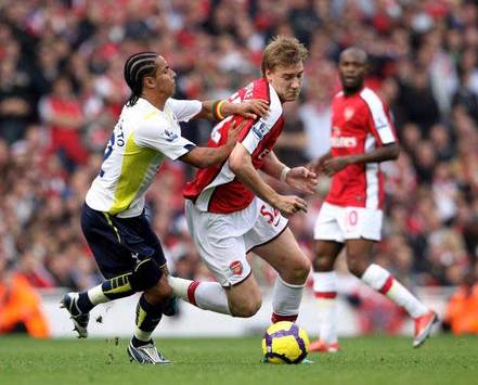 EPL: Nicklas Bendtner - Benoit Assou-Ekotto, Arsenal - Tottenham (Getty Images)