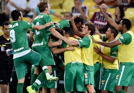Tiago Luis comemora vitória da Chape