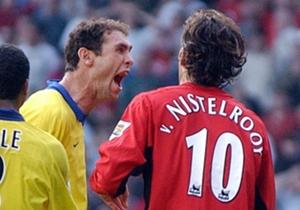 September 2003: Ruud van Nistelrooy is de gebeten hond als hij Patrick Vieira volgens de Arsenal-spelers een rode kaart aansmeert. Nadat 'Van the Man' een strafschop mist, wordt hij belaagd door onder meer Martin Keown.