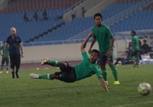 Samsul Arif langsung beraksi dengan tembakan gunting saat sesi latihan.