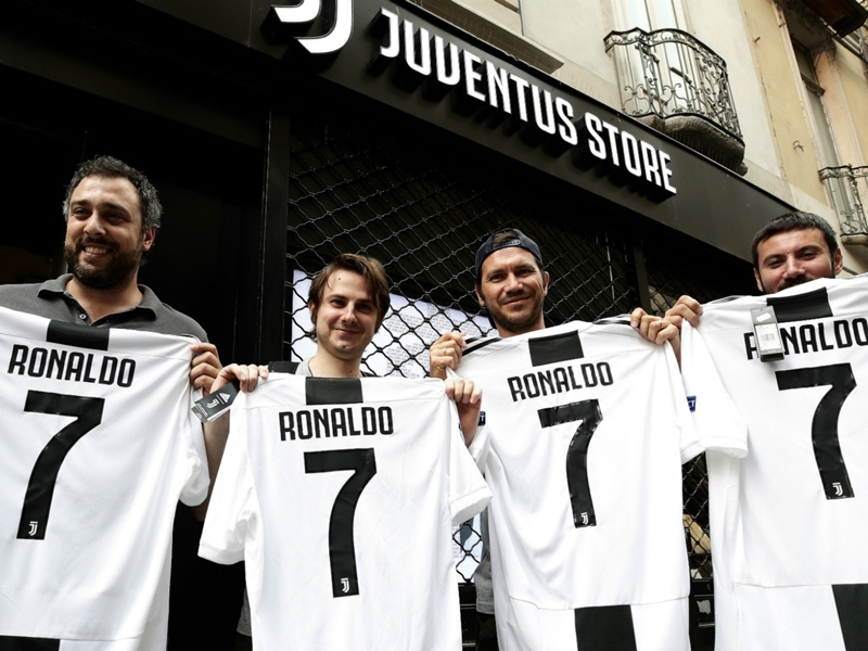 Ronaldo gifted No.7 shirt by Cuadrado