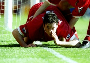 ROBBIE FOWLER | En 1999, en un derbi ante el Everton la grada contrario le llamó repetidamente drogadicto durante el encuentro. Marcó gol y lo celebró esnifando la línea de cal de fondo. Cuatro partidos de sanción.