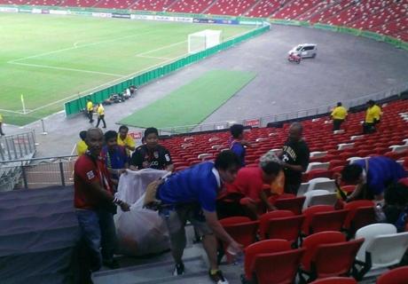 ทั่วโลกยกย่อง!แฟนบอลไทยช่วยกันเก็บขยะหลังอัดสิงคโปร์