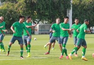 Skuat Indonesia melakukan pemanasan. Sesi latihan dimulai pukul 14:00 dipimpin pelatih Alfred Riedl.