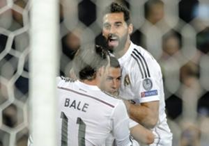 Gareth Bale y Álvaro Arbeloa corrieron a celebrar el tanto con su compañero al filo del descanso