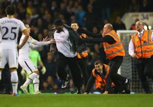 Tottenham Hotspur - Partizan lag donderdagavond tijdelijk stil vanwege veldbestormers.
