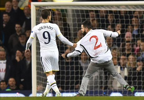 Tottenham condemn pitch invaders