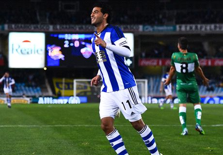 Vela hat-trick gives Moyes first victory