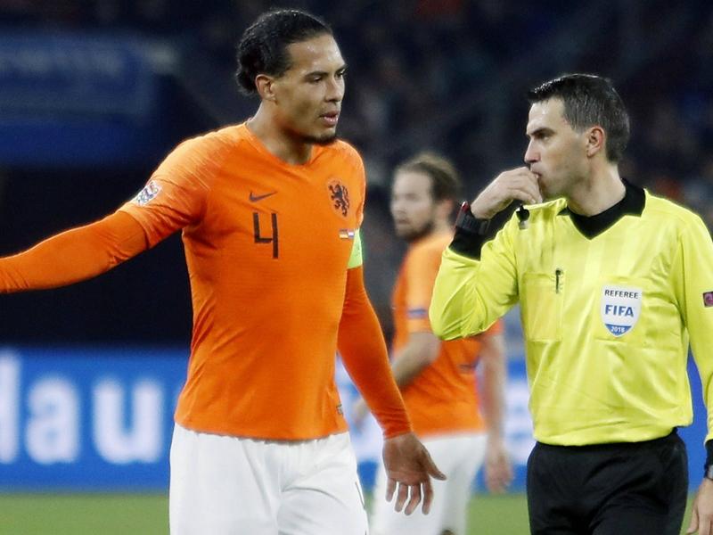 Ligue des Nations - Quand Virgil Van Dijk réconforte un arbitre endeuillé