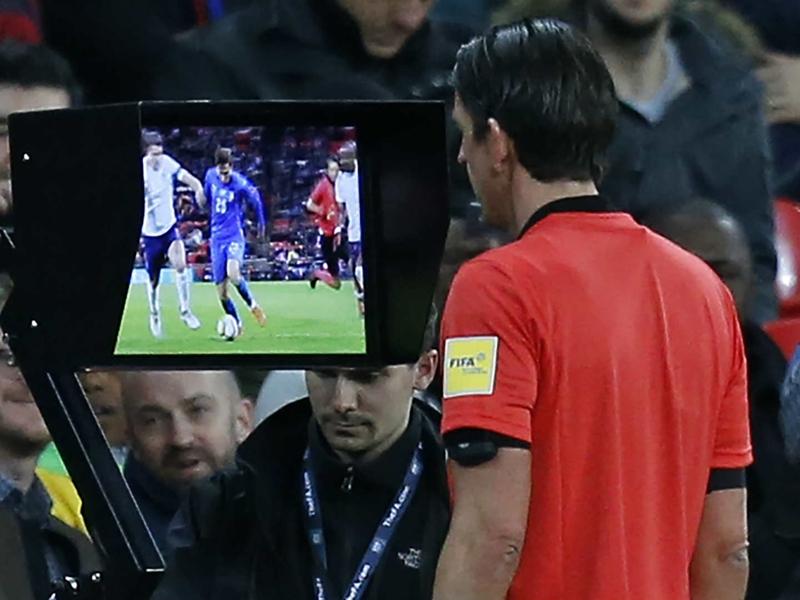 VAR - Introduit en huitièmes de finale, comment va fonctionner l'arbitrage vidéo en Ligue des champions ?
