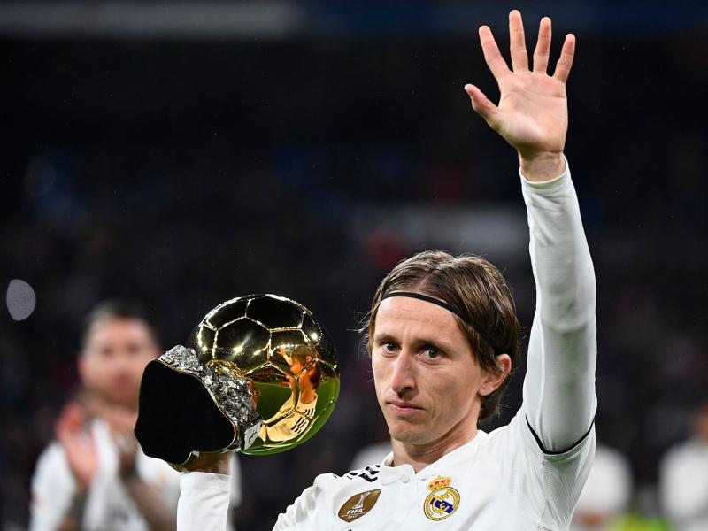 Real Madrid - Luka Modric a présenté son Ballon d'Or au Santiago Bernabeu