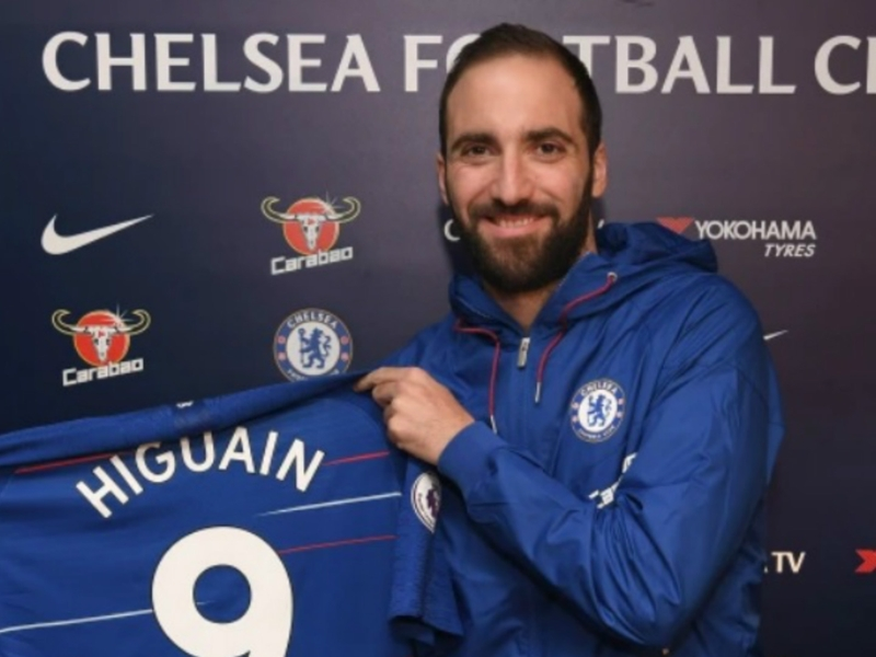 Officialisé à Chelsea, Gonzalo Higuain se fait chambrer par les supporters de l'AC Milan avec ses biscuits Nutella