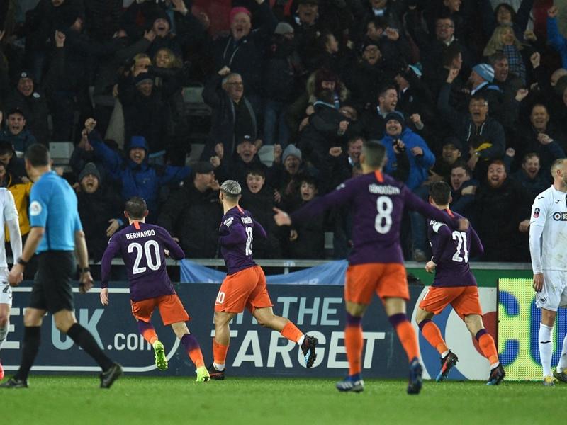 Swansea City-Man City 2-3, City tremble mais continue en Cup