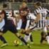 Carlos Tevez remata ante la defensa de Cagliari.