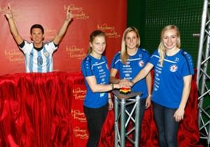 La estatua fue descubierta hoy por jugadoras de la Selección alemana femenina.