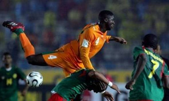 Kolo Toure jumps in Ivory Coast-Cameroon (AFP)