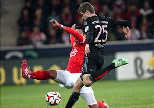 Gonzalo Jara (l.) kaufte Thomas Müller oft den Schneid ab