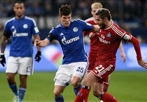 Schalkes Klaas-Jan Huntelaar im Zweikampf mit Hamburgs Valon Behrami