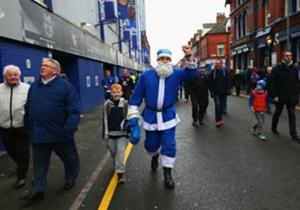 Papá Noel es hincha de Everton. Así iban a la cancha los hinchas ingleses a disfrutar el duelo ante Stoke City.