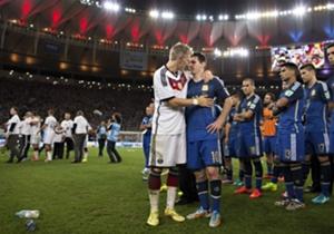 Bastian Schweinsteiger spendete nach Abpfiff Trost für den geschlagenen Superstar Lionel Messi.
