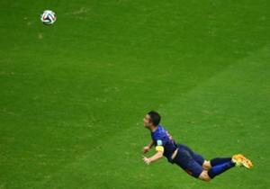 Van Persie dio la primera sorpresa ante España, que perdió en su debut.