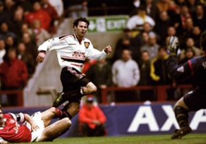 Manchester United – Arsenal 2:1 | 1999 | United jagte das historische Triple und bekam es im Villa Park mit Arsenal zu tun. Ein echtes Topspiel. David Beckham brachte die Red Devils in Führung, ehe Dennis Bergkamp ausglich. In der Verlängerung gelang R...
