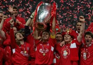 Instambul| 2005 | Uma final histórica da Champions League, com o Liverpool perdendo por 3 a 0 para o Milan no intervalo. Gerrard levantou o espírito do time e anda marcou um gol para conquistar o título nos pênaltis
