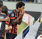 Luiz Adriano aprova treinos no Brasil