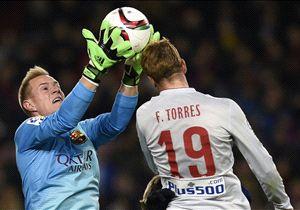 Marc-Andre ter Stegen (li.) im Luftduell mit Atleticos Fernando Torres