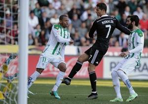 El portugués Cristiano Ronaldo, agredió en el área al brasileño Edimar, al que le lanzó una patada.