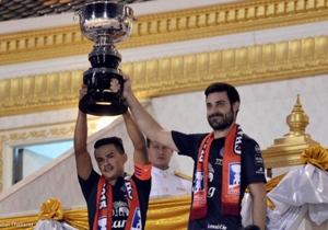 กัปตันกบ สุเชาว์ นุชนุ่ม กัปตันทีมและอันเดรส ตูเญซ ขึ้นรับพระราชทานถ้วยรางวัลแชมป์