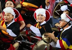 Selalu ada yang menarik dalam gelaran pertandingan sepakbola, salah satunya adalah pendukung Korea Selatan yang memakai pakaian dan alat musik daerahnya.