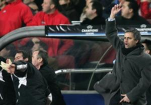 Travanj 2005. | Zbog kritiziranja suca nakon utakmice s Barcelonom u Ligi prvaka, Mourinho je zaradio suspenziju za sljedeću utakmicu u kojoj je Chelsea igrao protiv Bayerna.