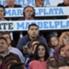 Con mate en mano, Riquelme miró atentamente el partido desde la tribuna.