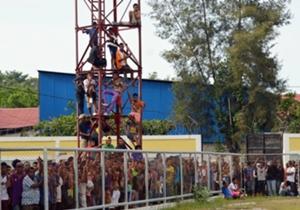 โกล ประเทศไทย เก็บภาพบรรยากาศแมตช์กระชับมิตรเชือมสัมพันธ์ระหว่างติมอร์ เลสเต้ U-19 กับ ชลบุรี เอฟซี U-19 ที่แทบไม่น่าเชื่อว่าจะได้รับความสนใจจากแฟนบอลเจ้าถิ่นอย่างล้นหลามกว่า 3,000 คนชนิดที่ต้องปีนรั้ว กำแพงดูกันเลยทีเดียว