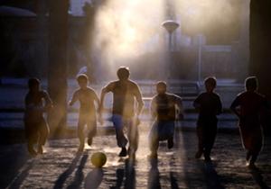 Des jeunes enfants afghans jouent au football dans la province de Herat.
