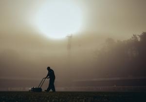 Un giardiniere prepara il terreno di gioco prima di Dover Athletic-Crystal Palace di FA Cup