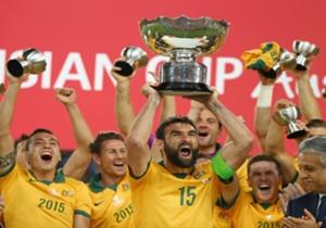 Kapten Australia, Mile Jedinak mengangkat trofi Piala Asia 2015 yang diraih oleh timnya.