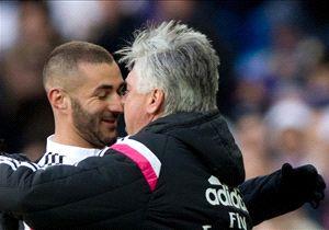 Carlo Ancelotti (re.) feiert mit Karim Benzema