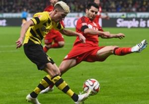 Dortmunds Kampl flankt vor Bayers Spahic