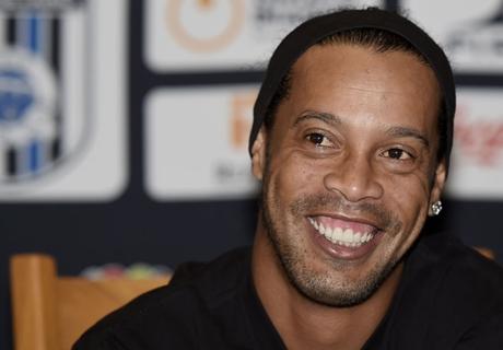 VIDEO: Ronaldinho fan gets a hug