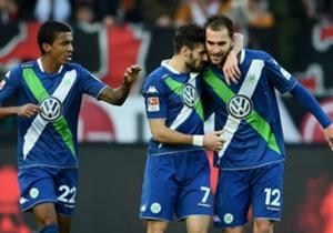 Wolfsburgs Bas Dost (r.) war beim 5:3 über Werder Bremen erneut doppelter Torschütze.