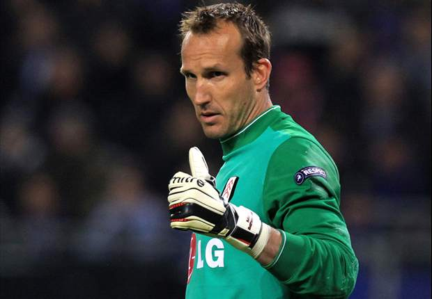 Arsenal target Mark Schwarzer hands in a transfer request at Fulham - report