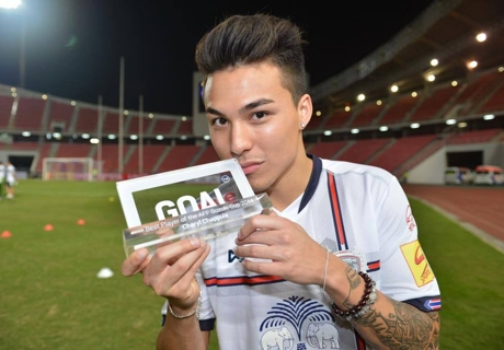 Chappuis receives his Goal's Best Player of the 2014 AFF Suzuki Cup